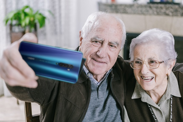 OPPO Türkiye yaşlılara teknoloji desteği sağlıyor! İşte budur OPPO Bey